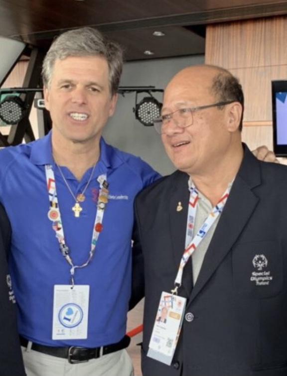 ประธานสเปเชียลโอลิมปิคสากล  อธิบดีกรมสรรพากร และทูตยุวชนสเปเชียลโอลิมปิค ร่วมชื่นชมหนังสือเล่มใหม่ของสเปเชียลโอลิมปิคไทย