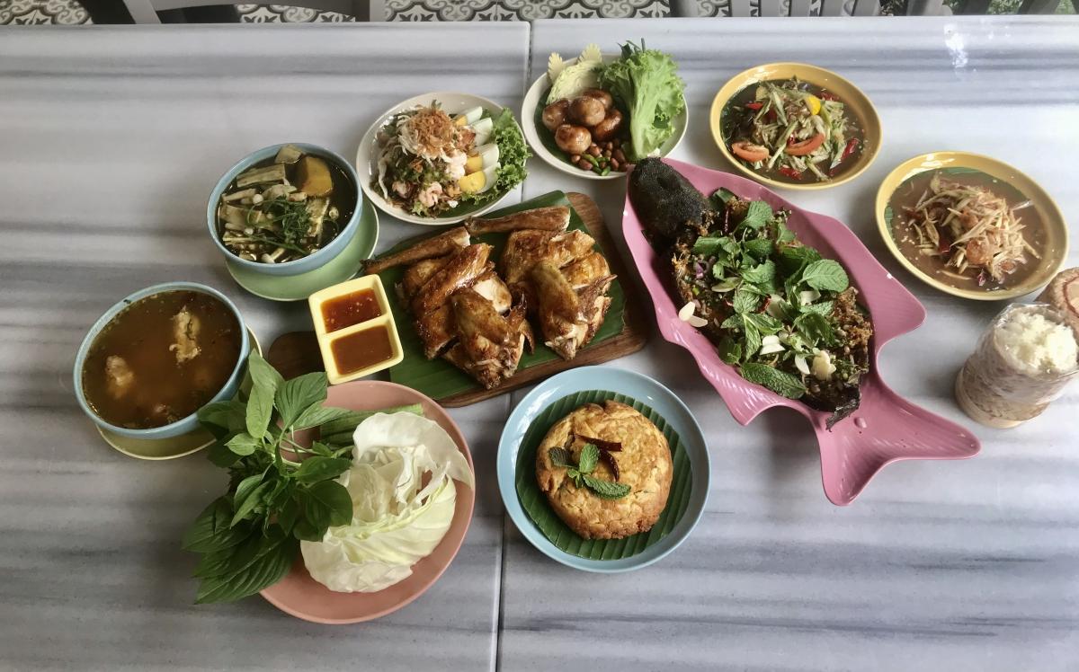 จะพาคุณไปลิ้มรสอาหารไทยระดับพรีเมียม กับบรรยากาศบ้านสวนร่มรื่น ร้าน ไก่ย่างเสือใหญ่ สุขุมวิท 39